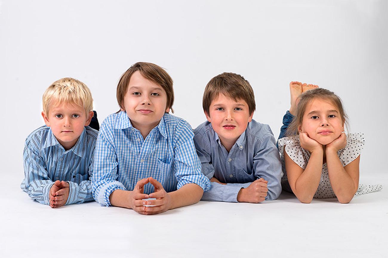 Fyra barn på golvet